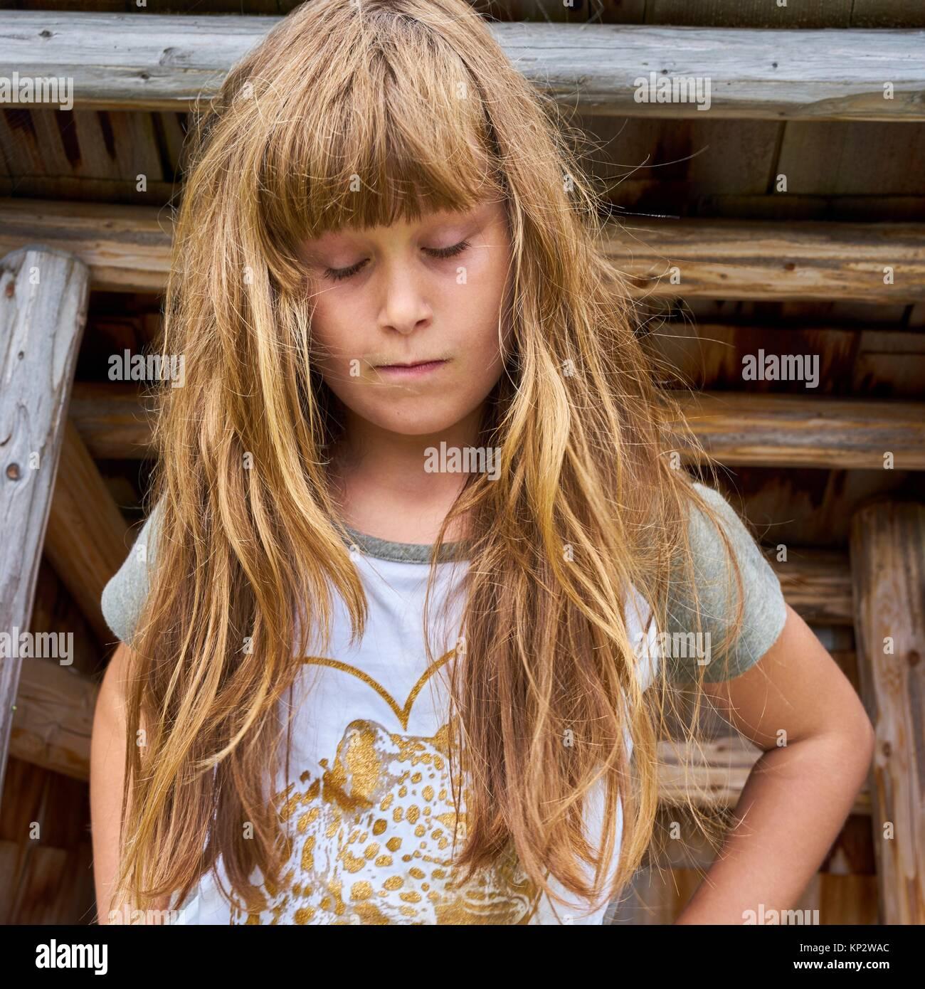 Hembra joven sensible niño perdido en pensamientos sentimental Foto de stock