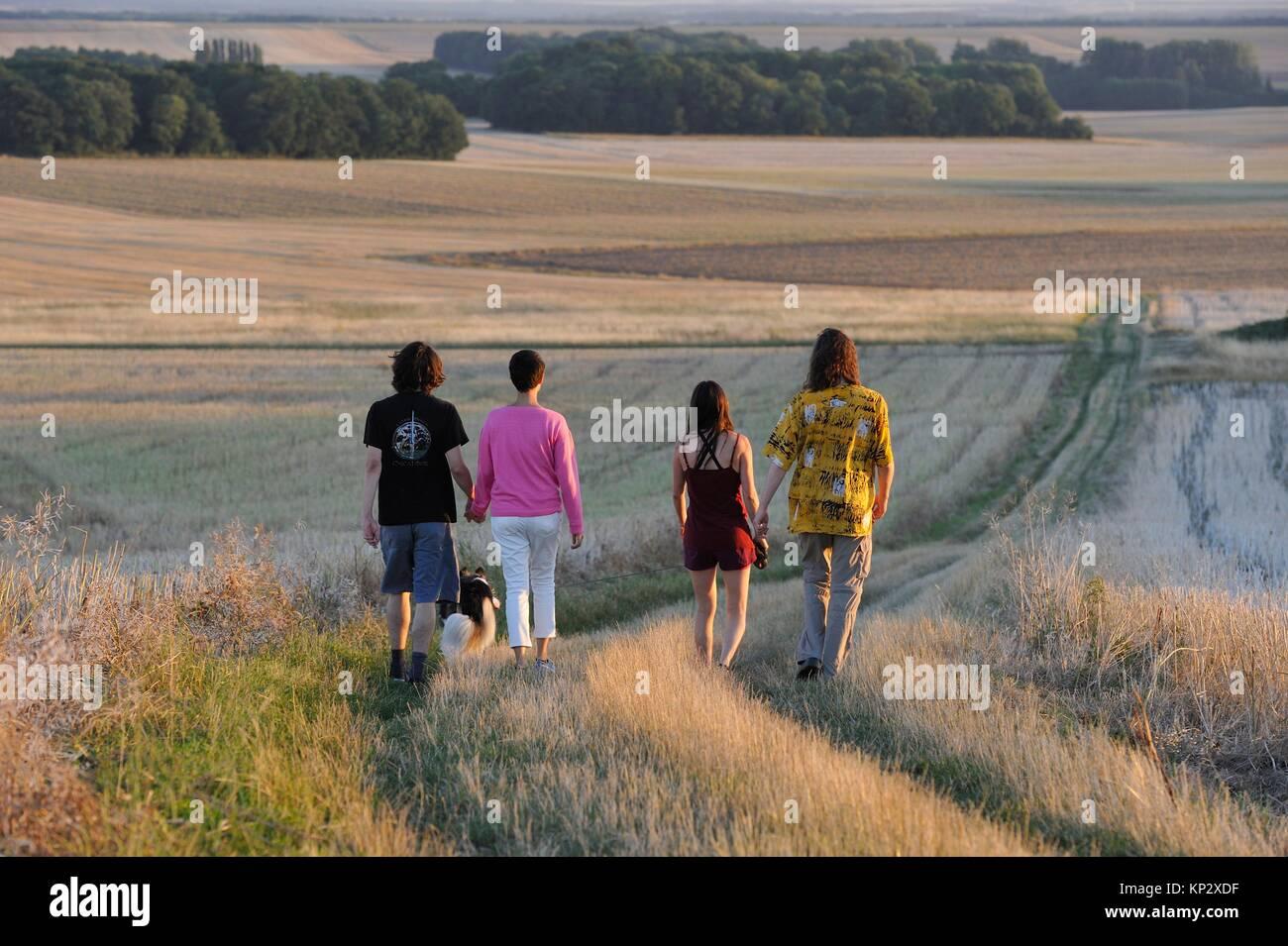 Los jóvenes caminar Mittainville, departamento de Yvelines, la región Ile-de-France, Francia, Europa. Imagen De Stock
