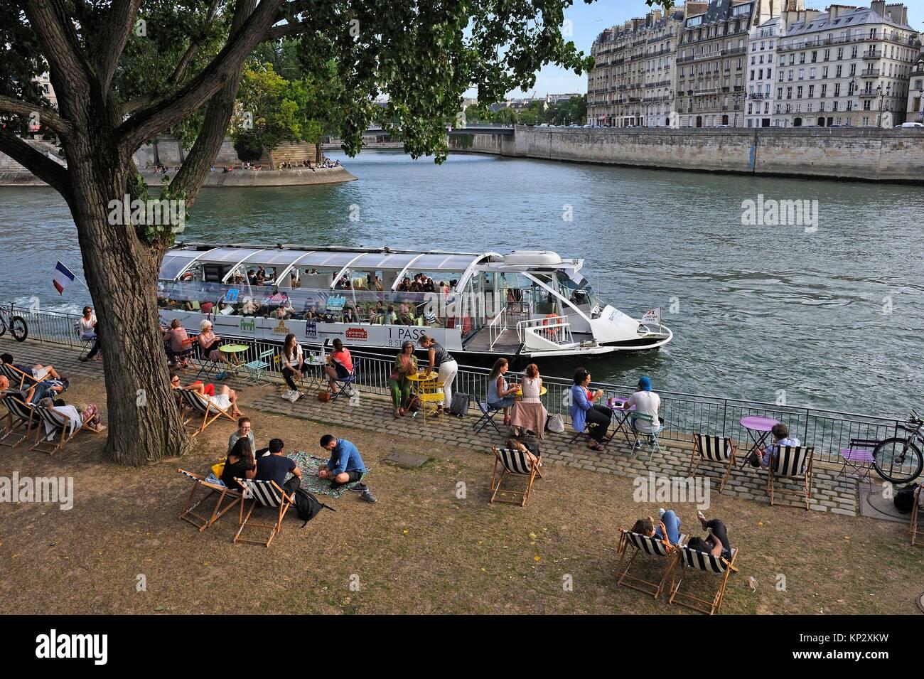Personas con pic-nic en el río Sena frente a la Ile de la Cité, París, Francia, Europa. Imagen De Stock