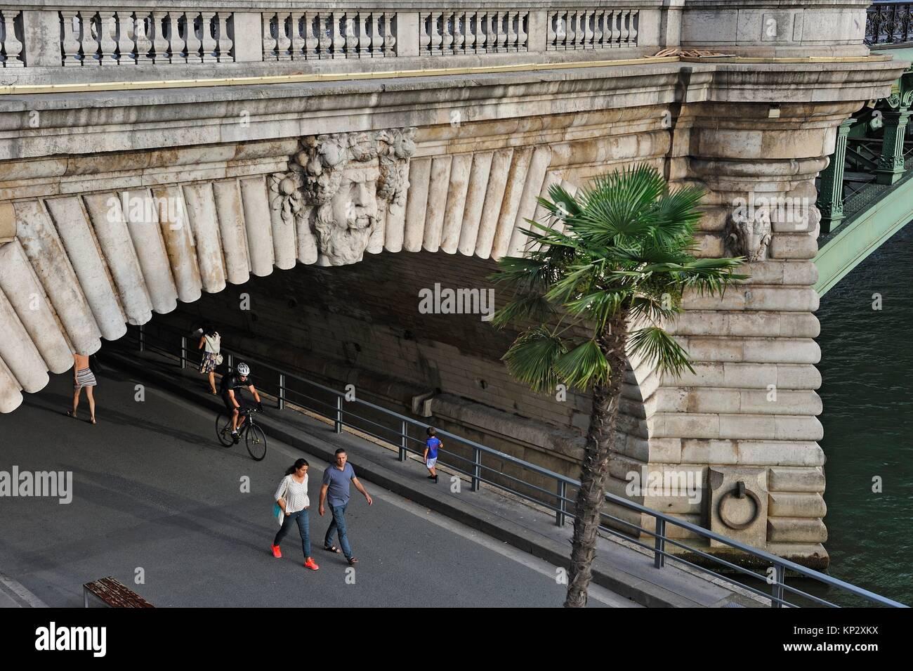 Puente Notre-Dame pier encima de la peatonal Riverside Expressway, París, Francia, Europa. Imagen De Stock