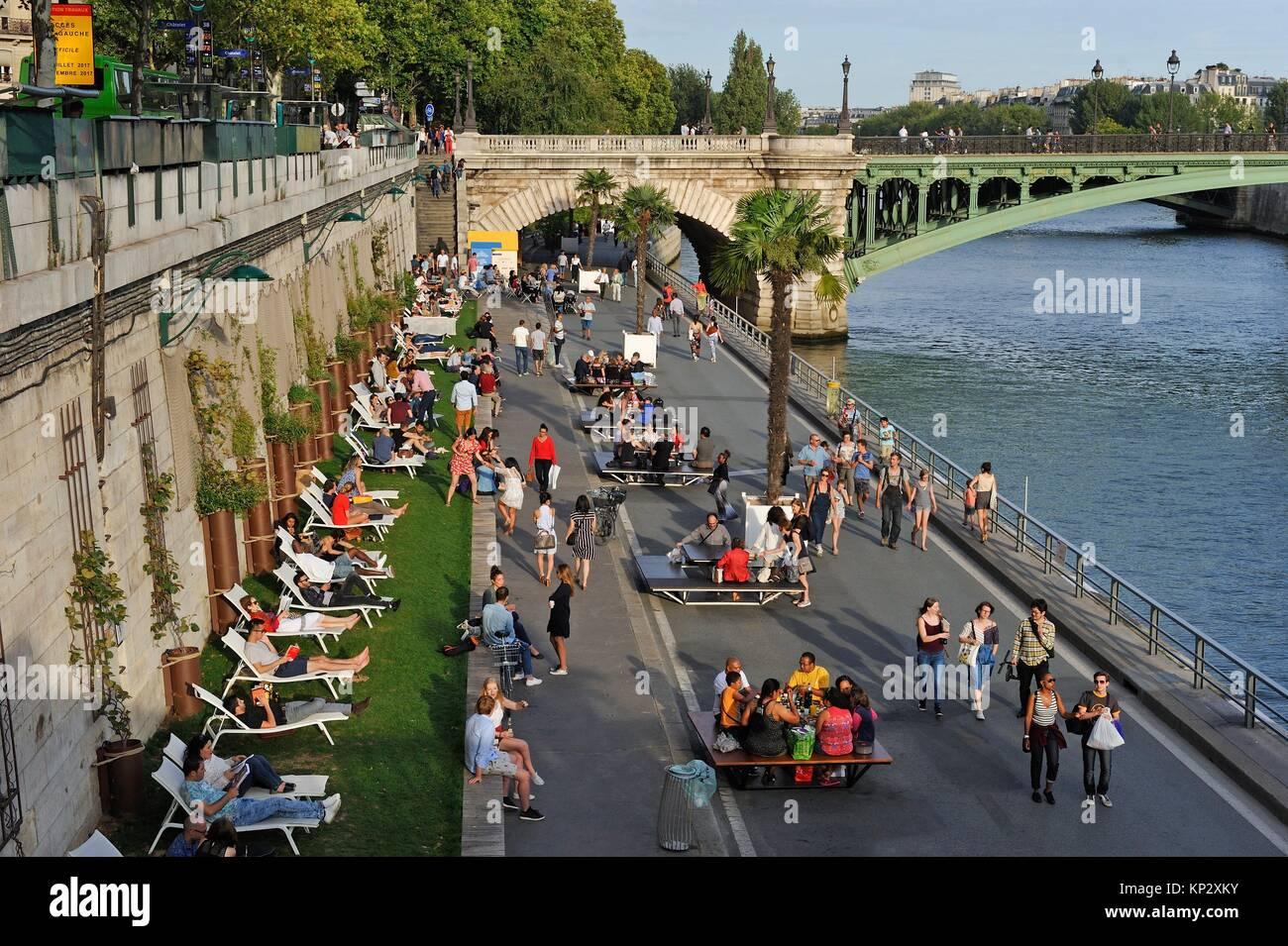 Riverside peatonal G. Pompidou Expressway, con el puente de Notre-Dame, en el fondo, París, Francia, Europa. Imagen De Stock