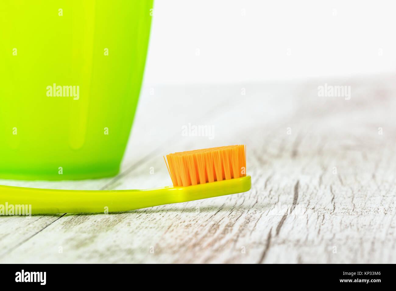 Cepillos de dientes ultra fino de color nuevo. La industria dental. Hermosa  sonrisa concepto b6e393b6d1a1