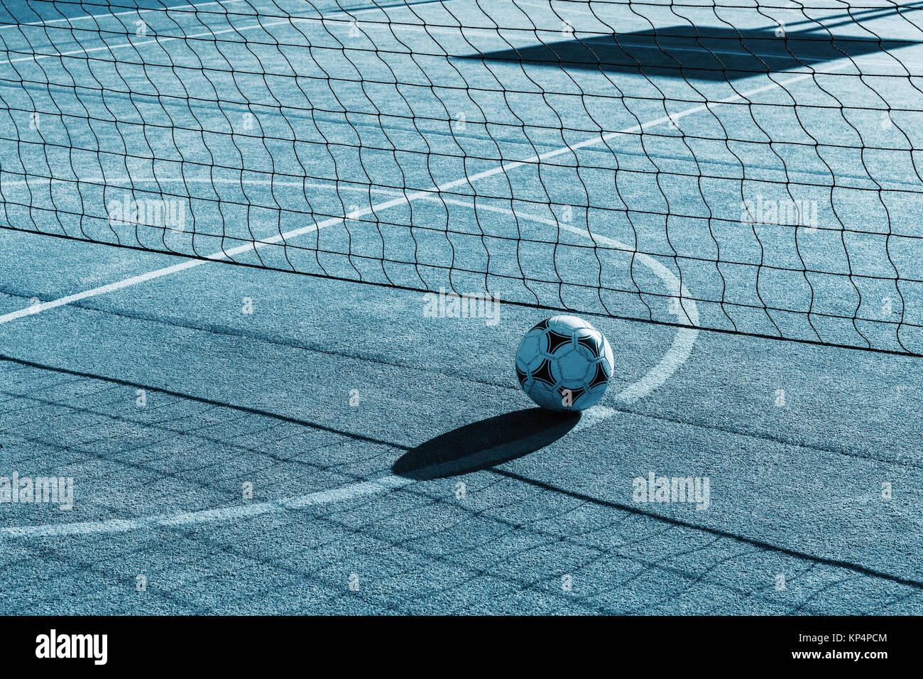 Patio exterior para tenis, voleibol y fútbol. Net y un balón de fútbol en el patio de recreo. Futnet. Imagen De Stock