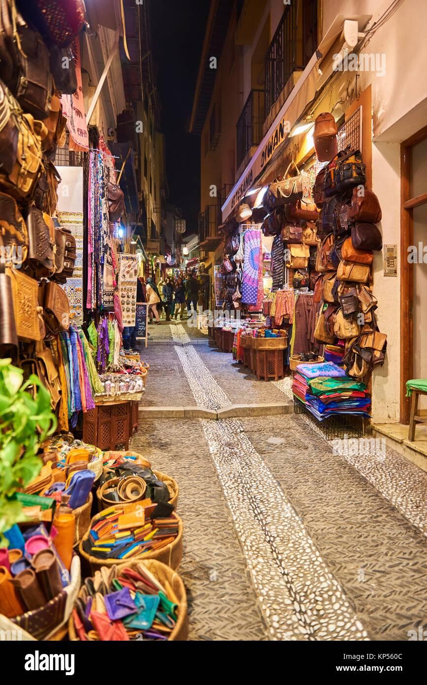 Turistas Y Tiendas De Souvenirs Que Venden Artesanía Marroquí En La