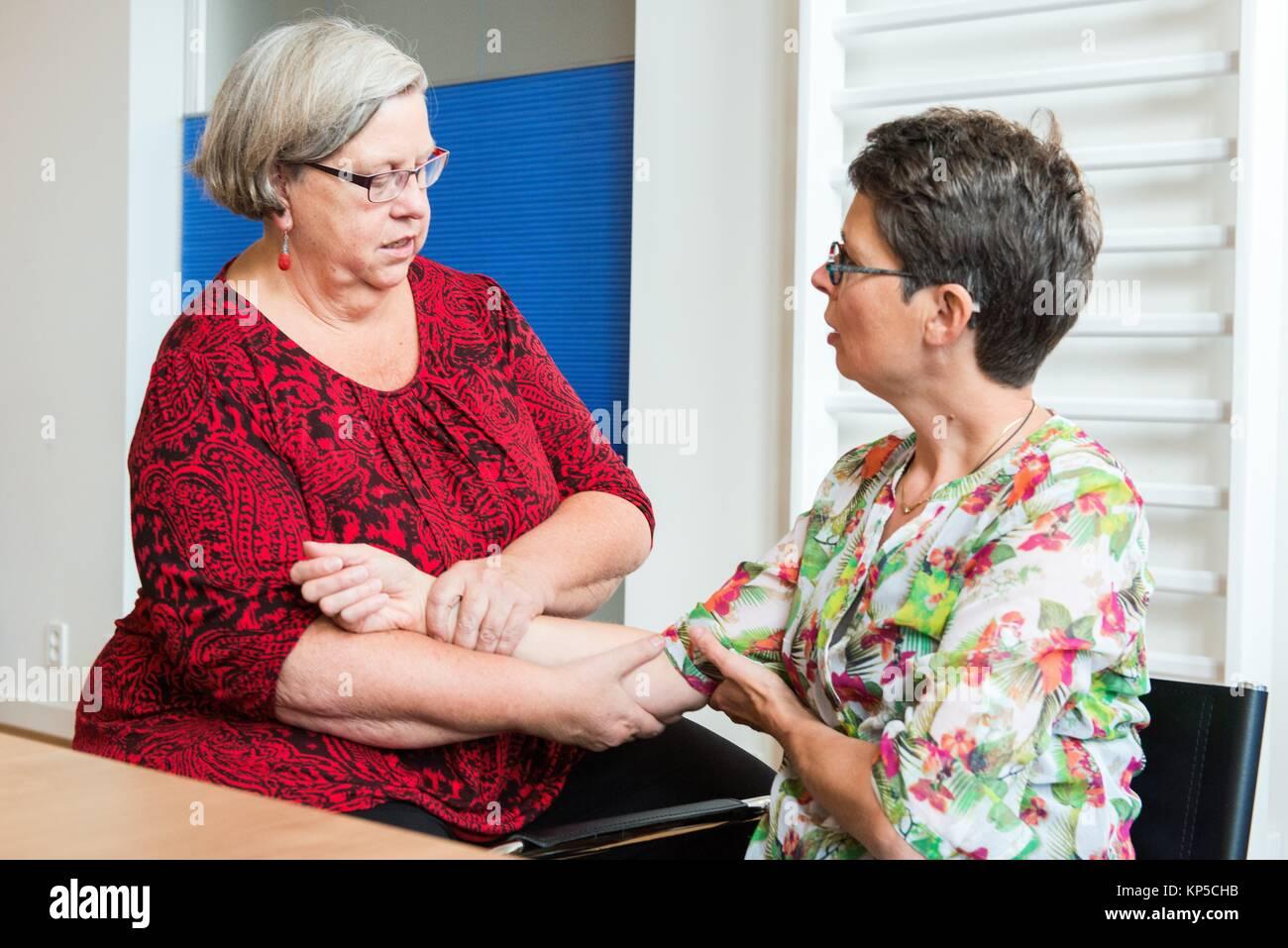 Tilburg, Holanda. Adulto maduro mujer asistiendo a sesiones de fisioterapia y entrenamiento físico. Imagen De Stock