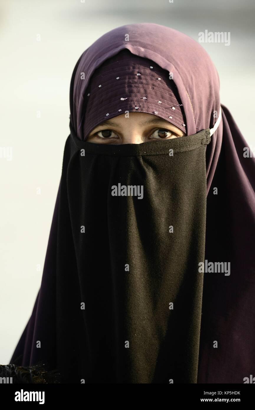 Retrato de mujer musulmán indonesio vistiendo un velo niqab, Lombok, Indonesia. Imagen De Stock