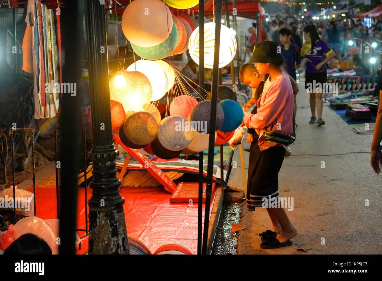 El mercado nocturno de Luang Prabang,,Laos,el Sudeste de Asia. Imagen De Stock