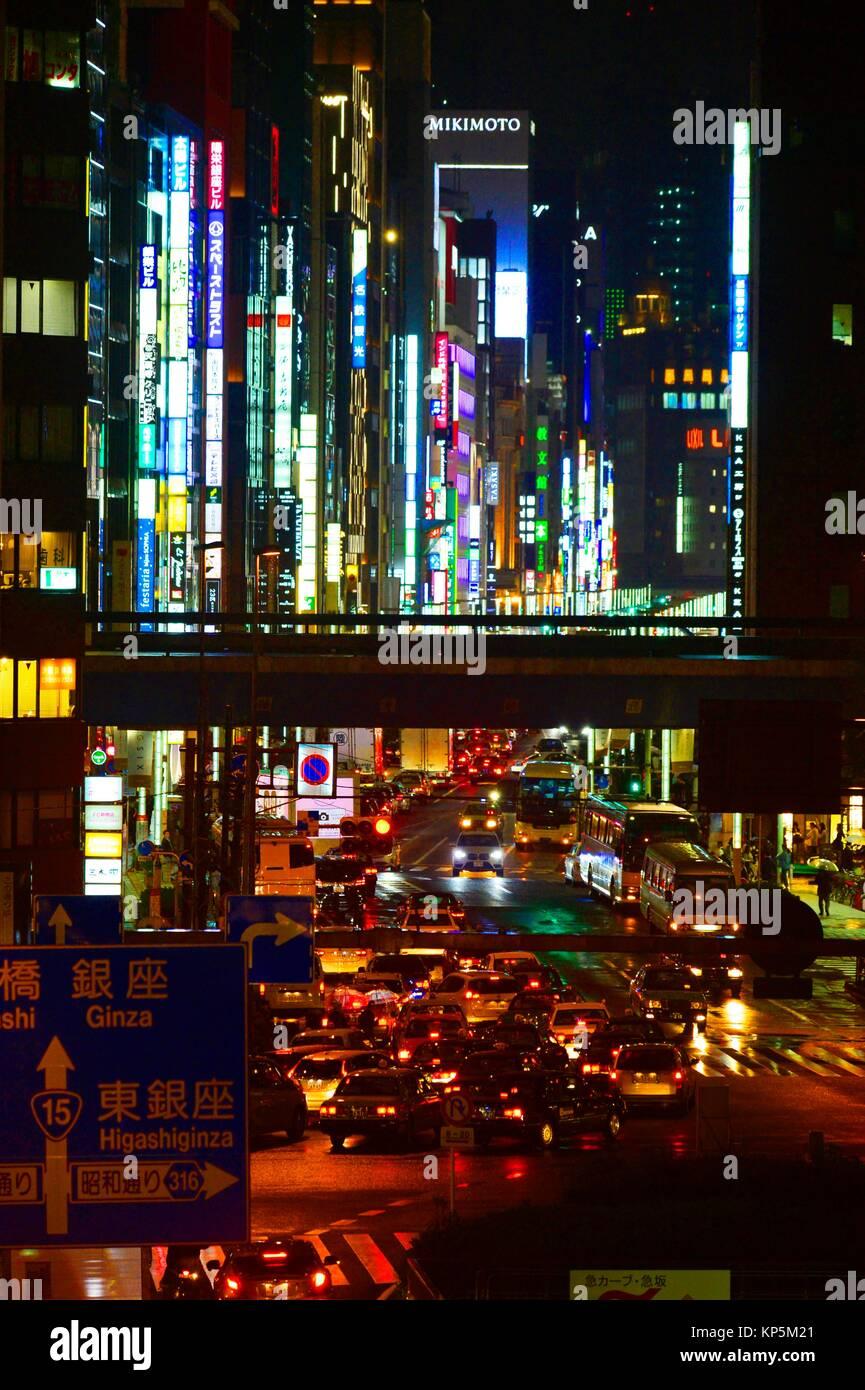 Luces de neón por la noche en una calle de Tokio, Japón, Asia. Imagen De Stock