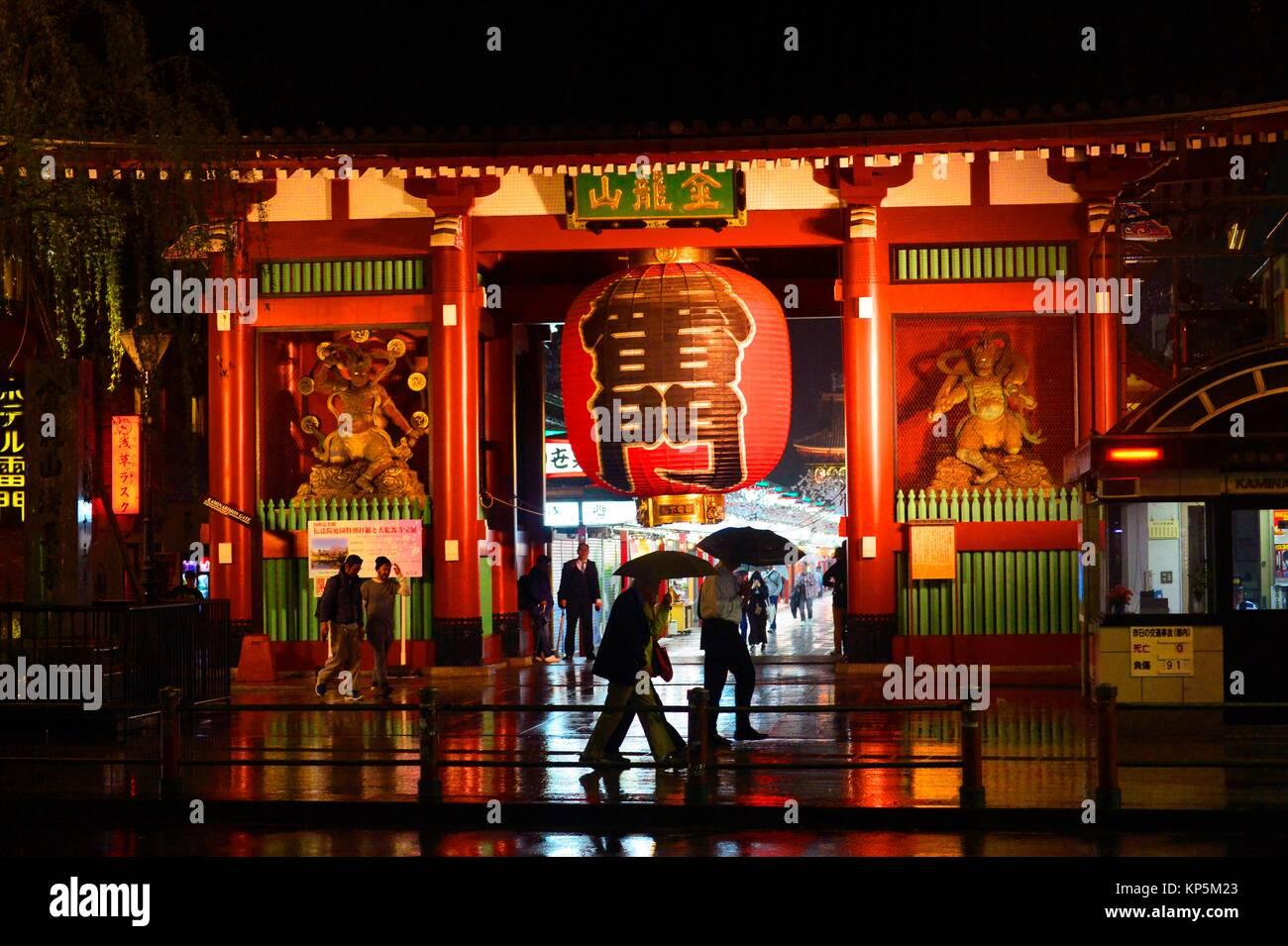 Senso-ji templo Asakusa por la noche, en Tokio, Japón, Asia. Imagen De Stock