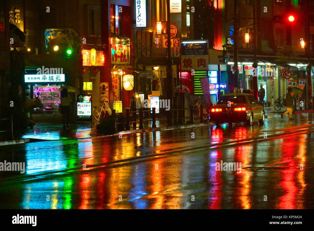 Una calle de Asakusa por la noche, en Tokio, Japón, Asia. Imagen De Stock
