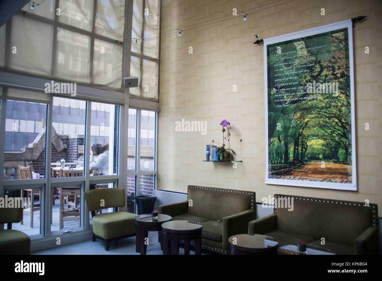 Dentro del Salón de la azotea con una terraza al aire libre en un ...