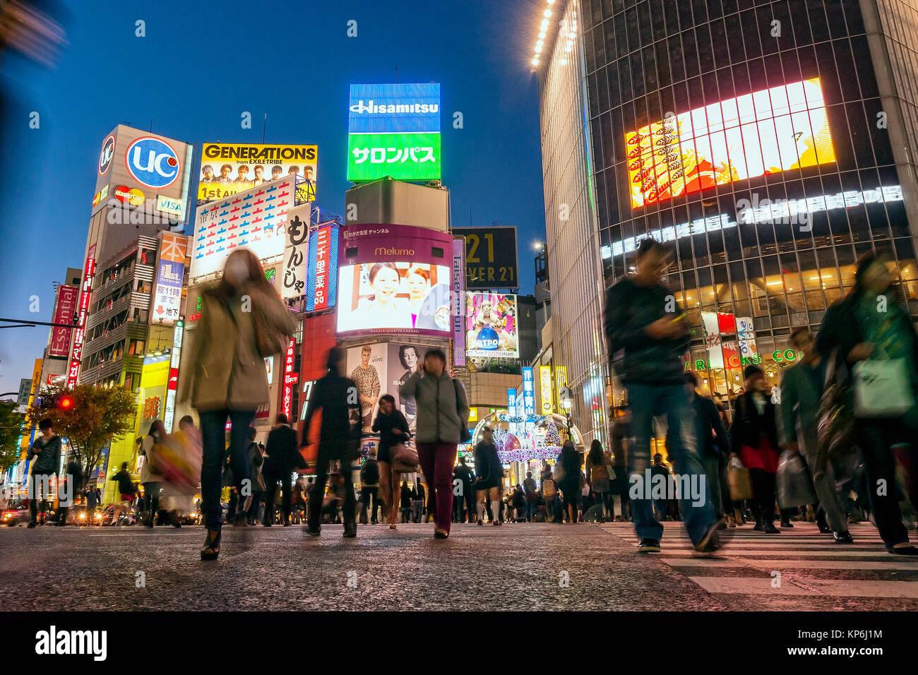 El cruce Shibuya de Tokio Escena Nocturna Imagen De Stock
