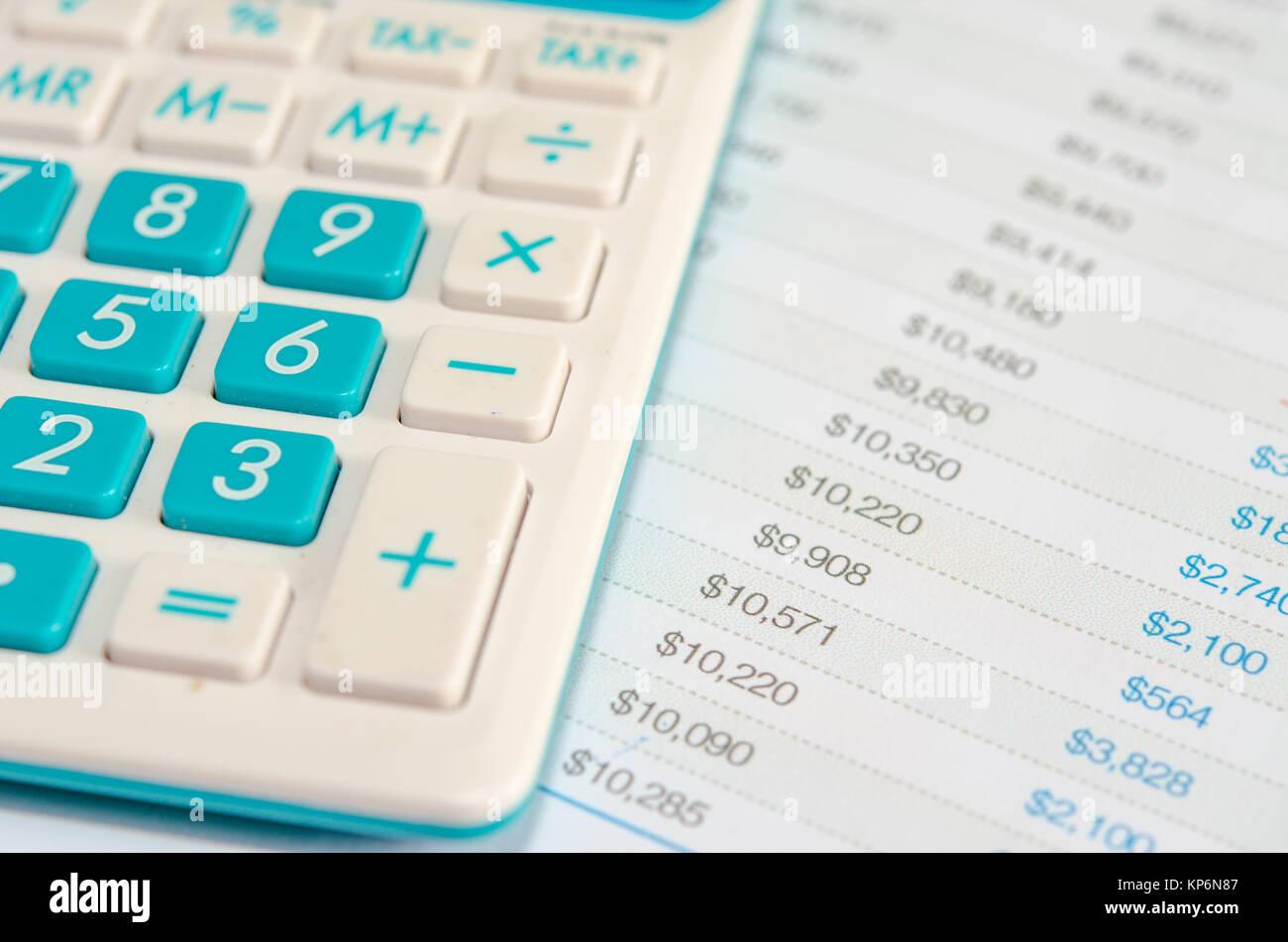 Calculadoras y estados financieros Foto de stock