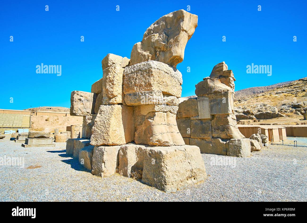 La puerta inconclusa en Persépolis se compone de enormes rocas y coronada con protome de caballos, Irán. Imagen De Stock