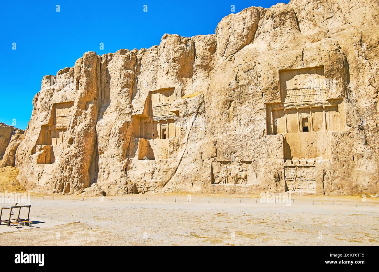 Las tumbas de los reyes de la dinastía aqueménida de Persia están tallados en el acantilado rocoso en Naqsh-e Rustam, Foto de stock