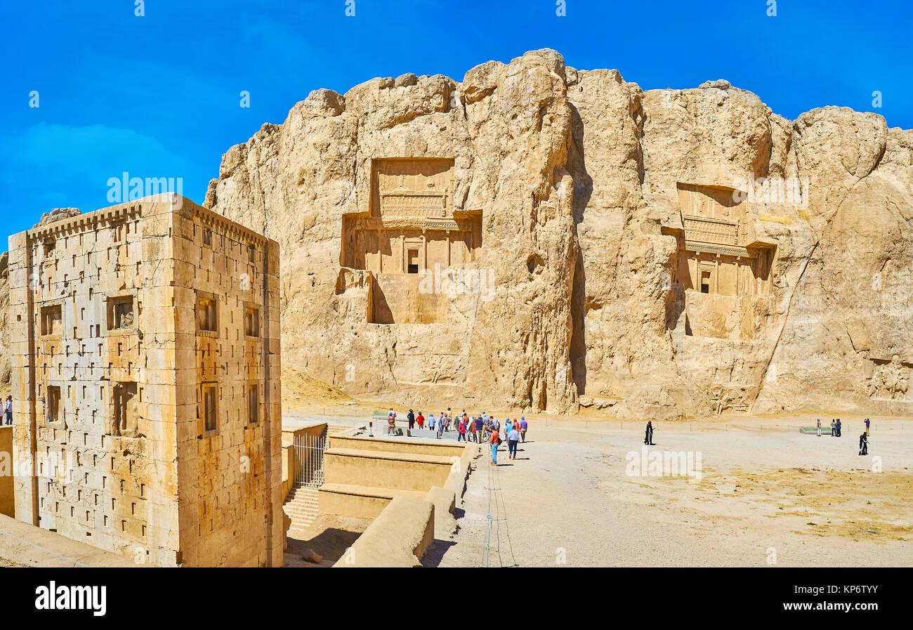 NAQSH-E RUSTAM, Irán - Octubre 13, 2017: Los mausoleos, corte de Hossein Montar y Ka'ba-ye Zartosht torre en primer Foto de stock