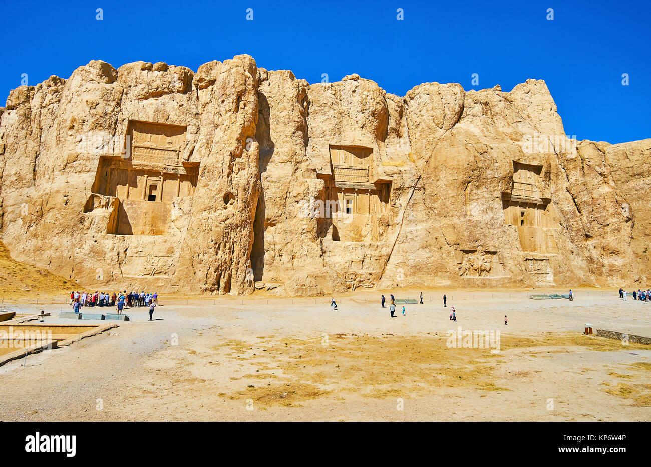 NAQSH-E RUSTAM, Irán - Octubre 13, 2017: Panorama del acantilado con tumbas talladas de antiguo persa gobernantes, Foto de stock