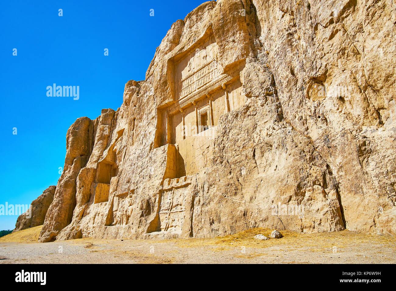 Hossein Monte en Naqsh-e Rustam necrópolis con antiguos mausoleos y relieves, conservadas desde tiempos antiguos, Foto de stock
