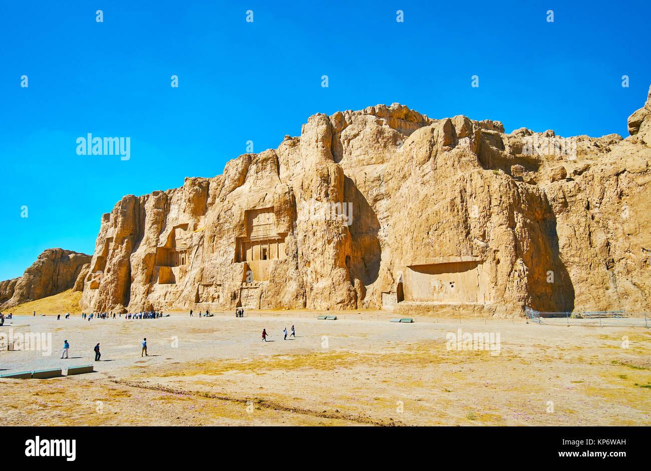 NAQSH-E RUSTAM, Irán - Octubre 13, 2017: Panorama de Naqsh-e Rustam necrópolis - Hossein Monte con mausoleos en Foto de stock
