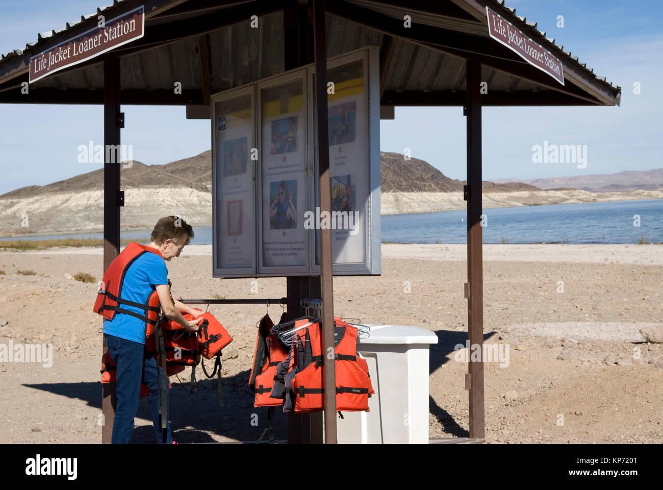Mujer senior en chaleco salvavidas estación de préstamo en Lake Mead National Recreation Area de Nevada, Imagen De Stock