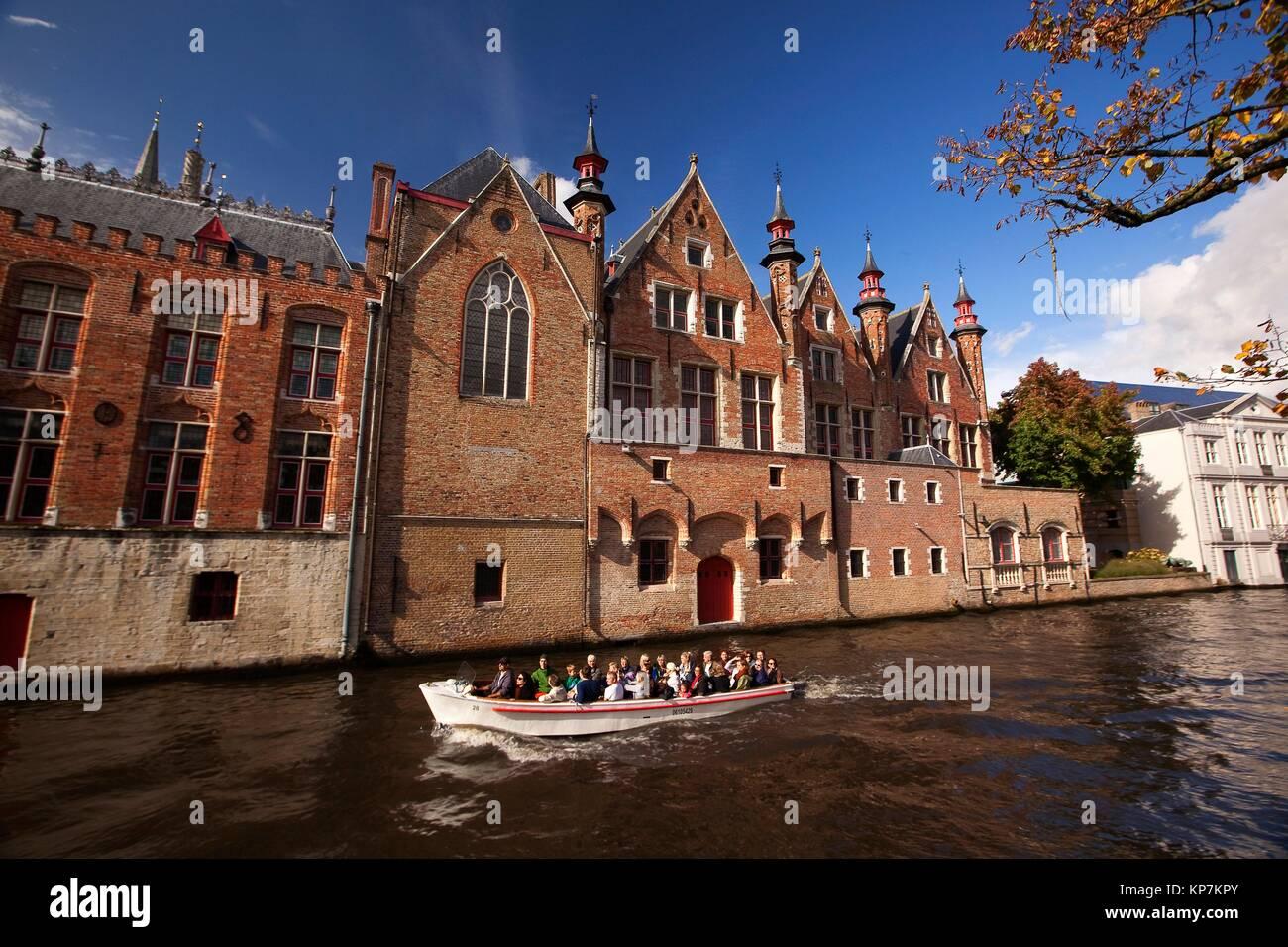 Ver a la gente en el viaje en barco cerca de la Rozenhoedkaai, Canal y torre, brujas, Flandes Occidental, Bélgica, Imagen De Stock