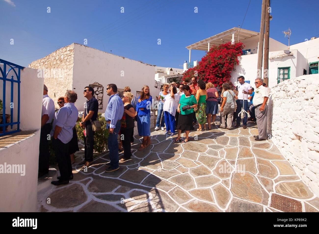 La gente local celebrando una festividad tradicional en la zona, Kastro-Castle Sikinos, Islas Cícladas, Las Imagen De Stock