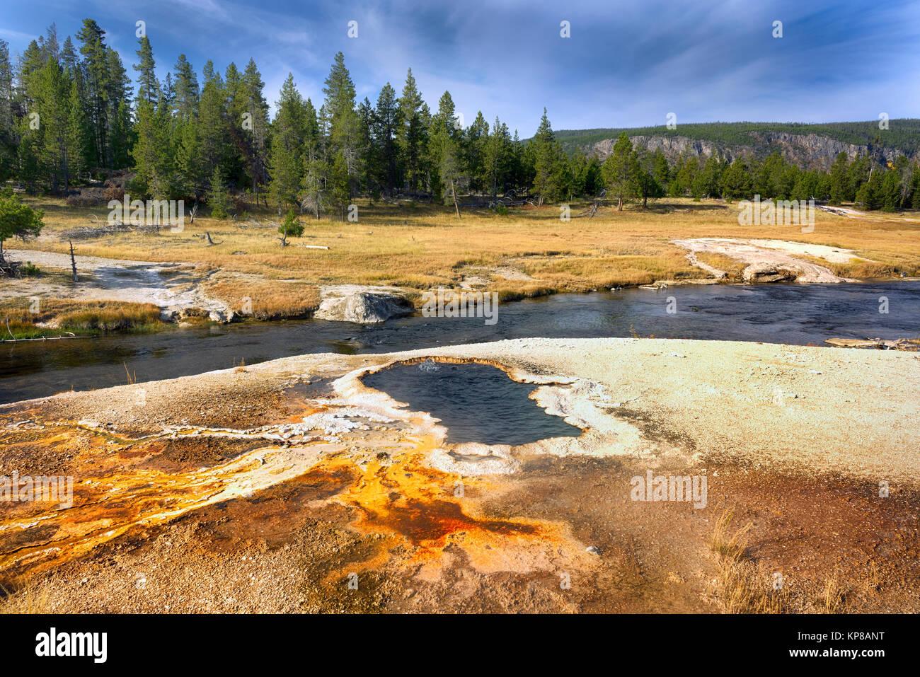 Río Firehole, Parque Nacional Yellowstone, Wyoming, Estados Unidos. El Firehole río fluye a través de varios importantes Foto de stock