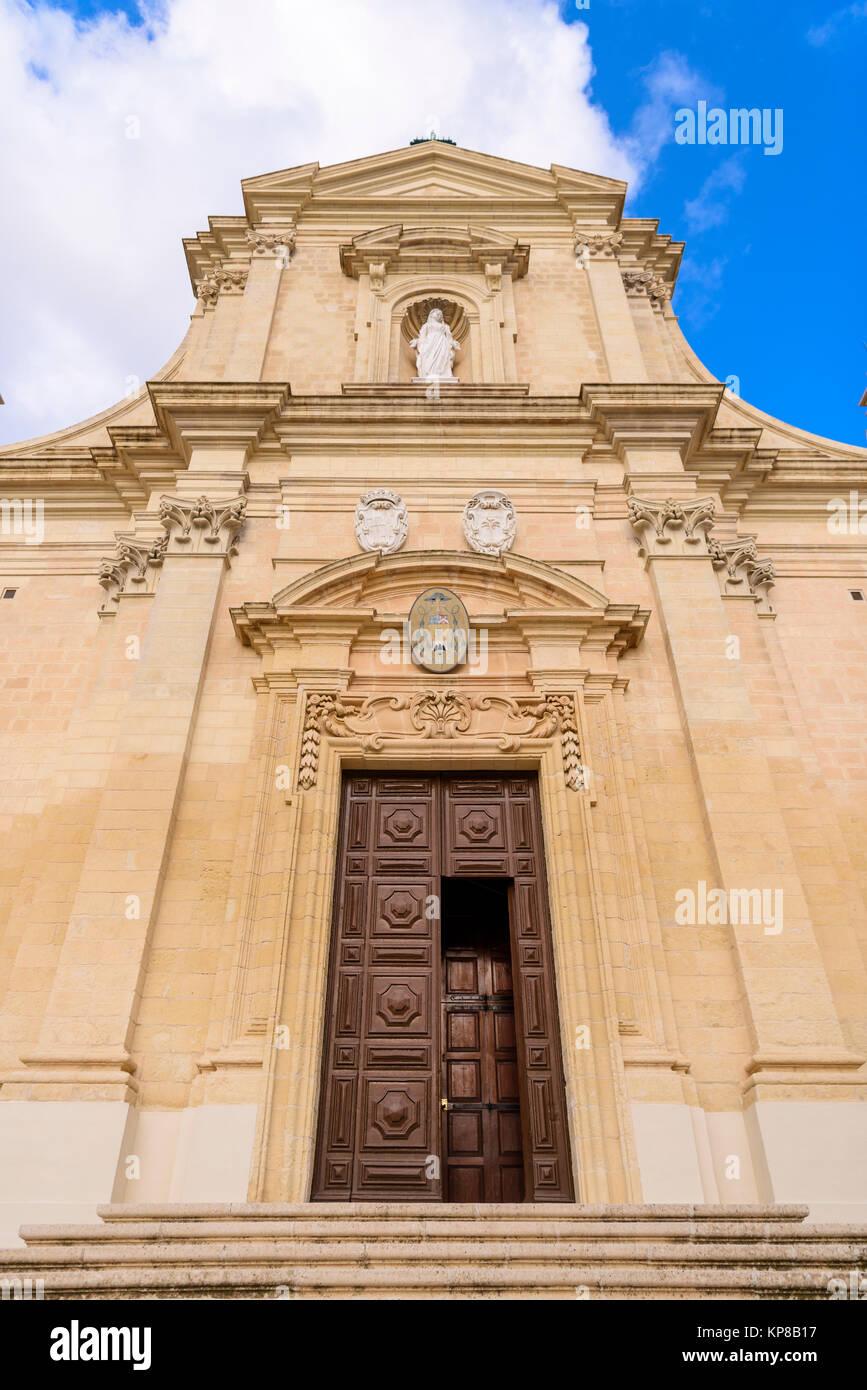 Puerta de madera de entrada a la Ciudadela Ciudadela Catedral, Victoria, Gozo y Malta. Foto de stock