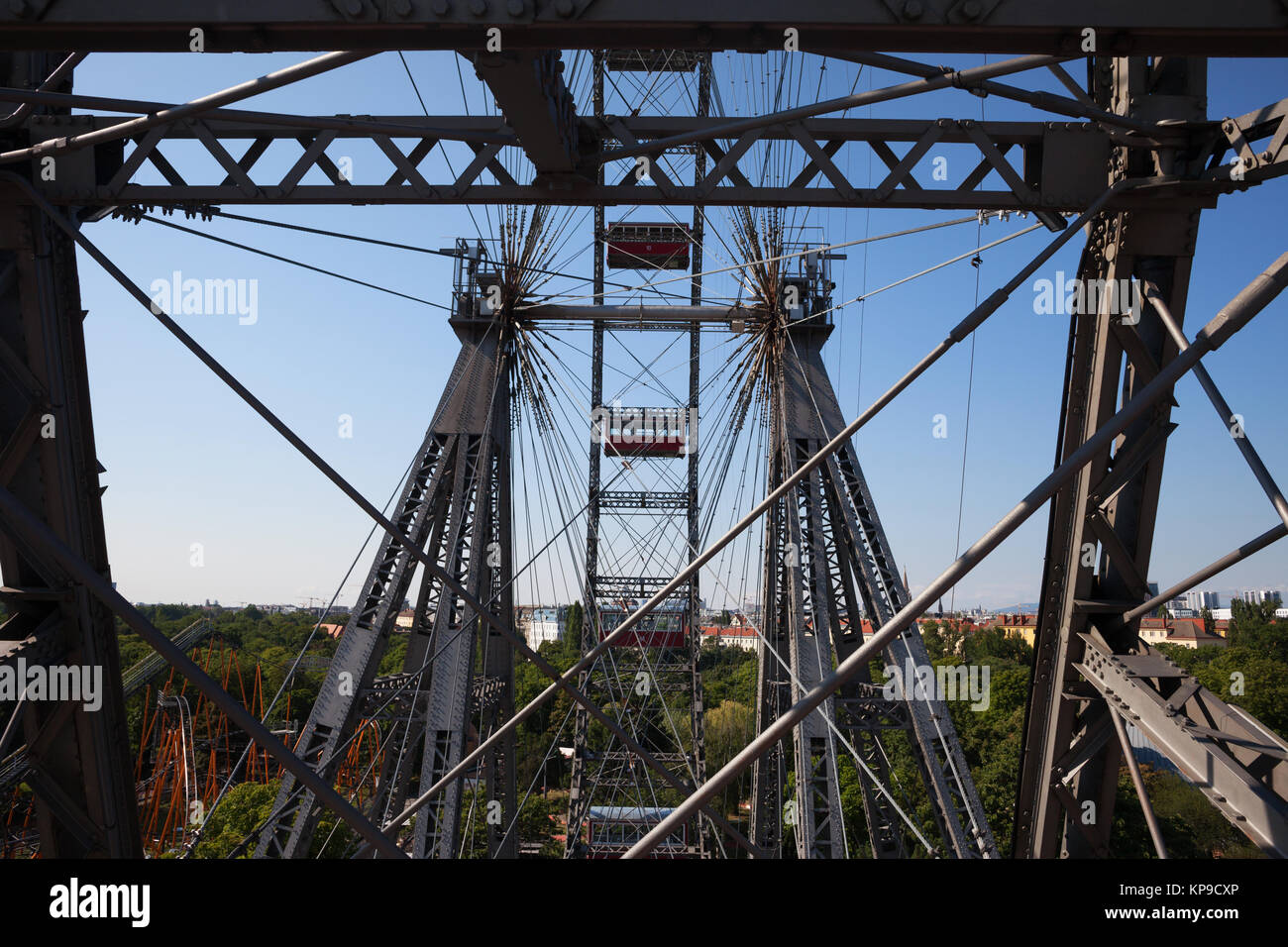 Noria gigante - Wiener Riesenrad construcción metálica del siglo XIX en el parque de atracciones Prater, en la ciudad Foto de stock