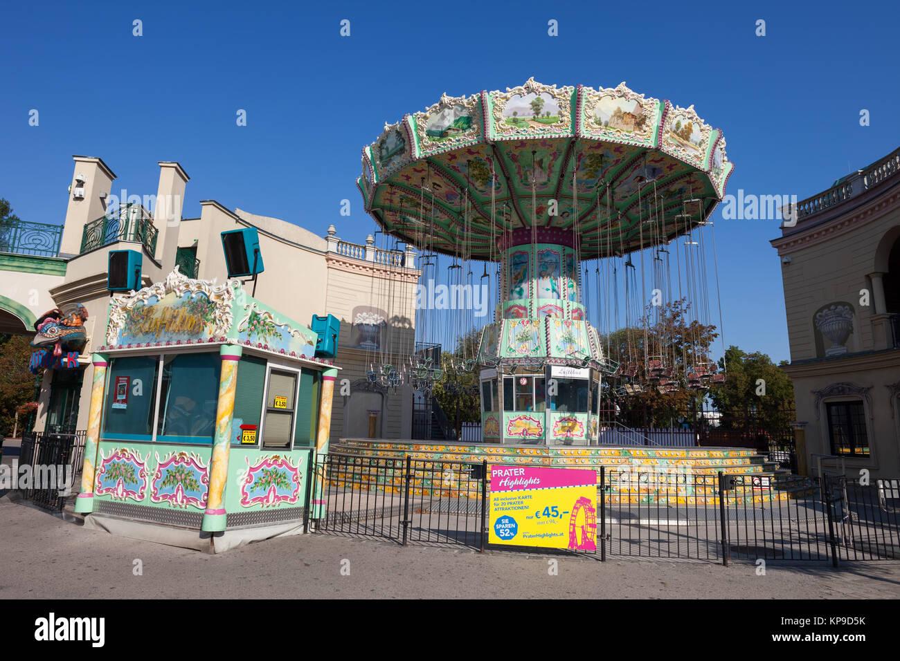 Retro nostálgico Luftikus Kettenkarussell carrusel en el parque de atracciones Prater, en la ciudad de Viena, Imagen De Stock