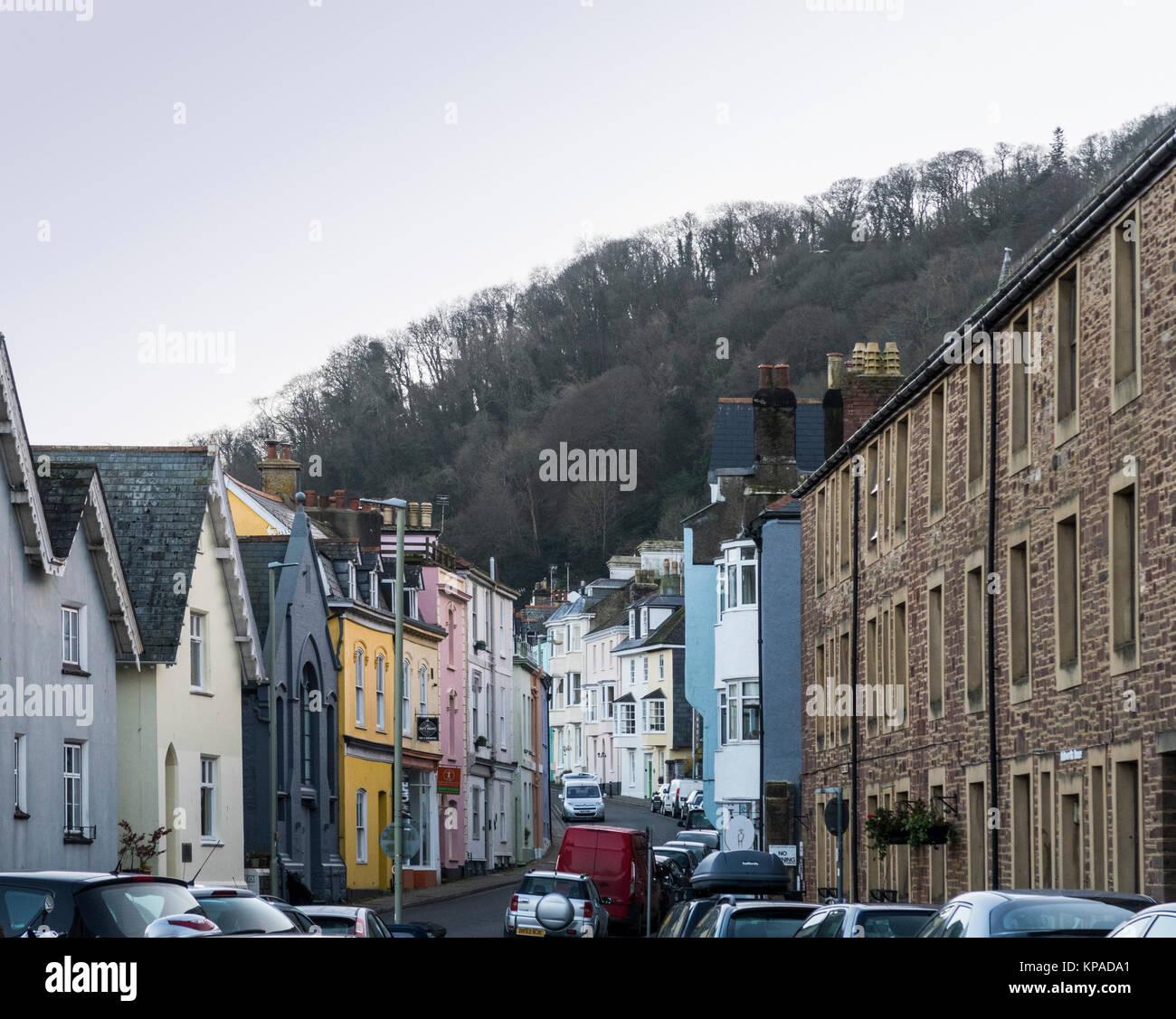 Vista a lo largo de la Calle Mayor, Dartmouth, Devon, con una amplia variedad de casas en cada lado. Imagen De Stock