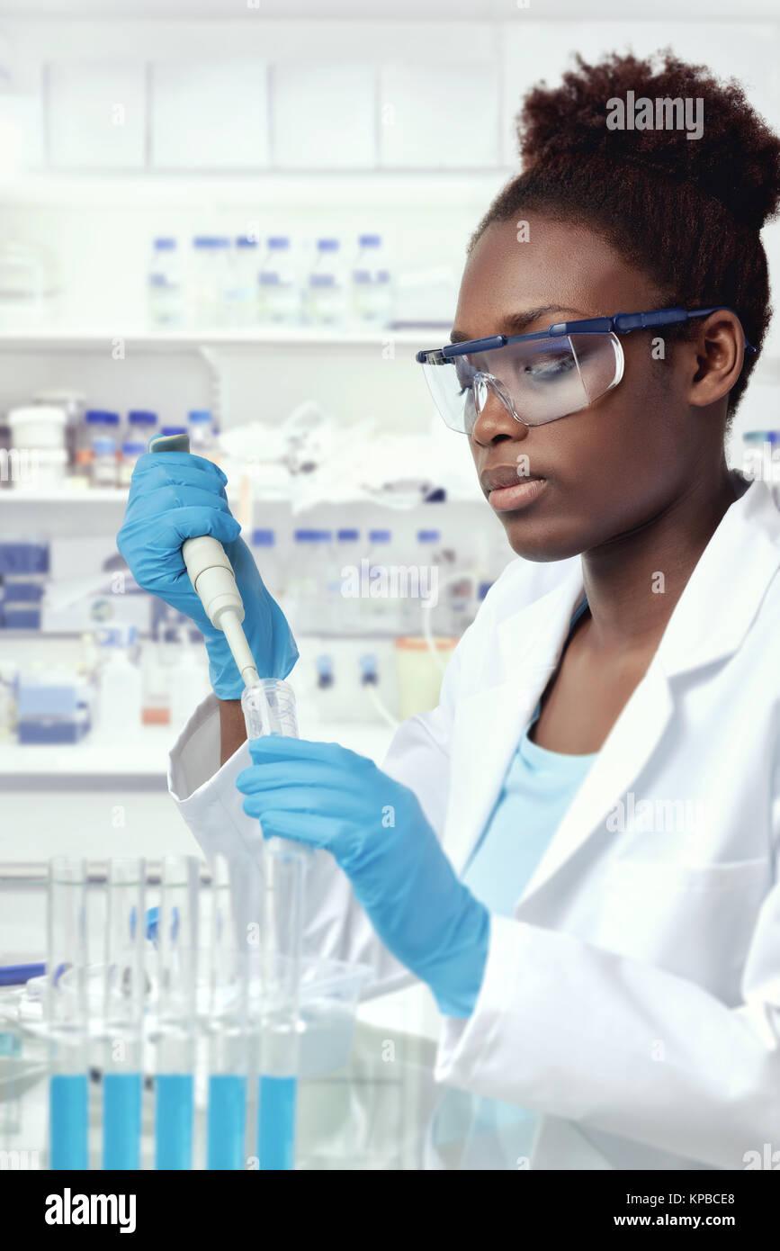 Afro-american scientist o estudiante graduado en el laboratorio de capa y ropa protectora trabaja en laboratorio moderno Foto de stock