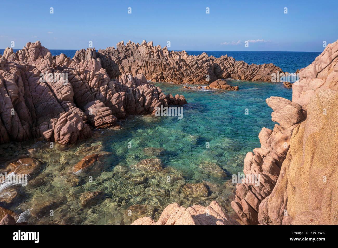Idílica costa rocosa de Costa Paradiso, rocas de pórfido, Cerdeña, Italia, el mar Mediterráneo, Europa Foto de stock