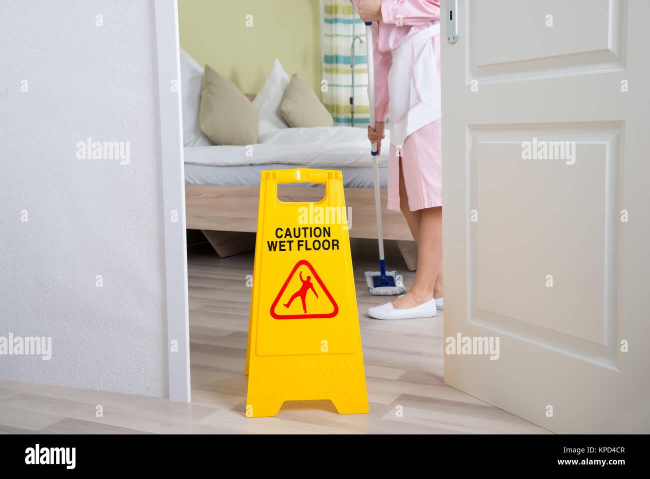 Mujer ama de casa, piso de limpieza Imagen De Stock
