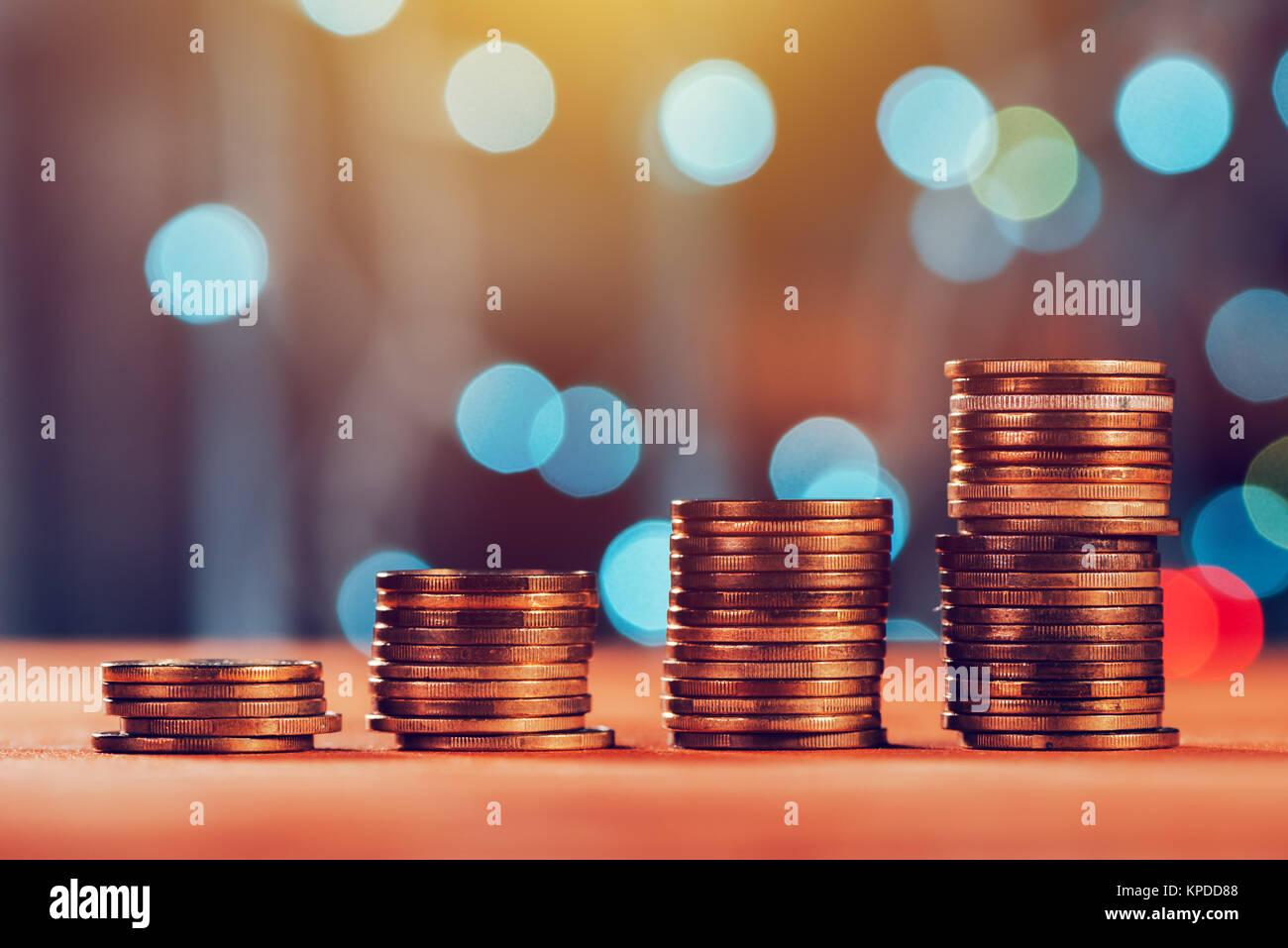 Ahorro de dinero concepto con pila de moneda y el aumento de columnas de moneda metálica Imagen De Stock