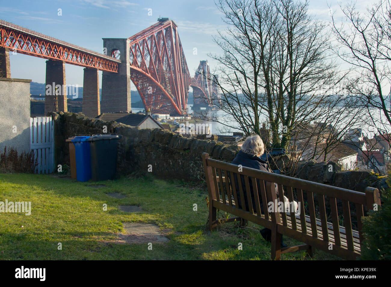 Sentado por el puente ferroviario de Forth Imagen De Stock