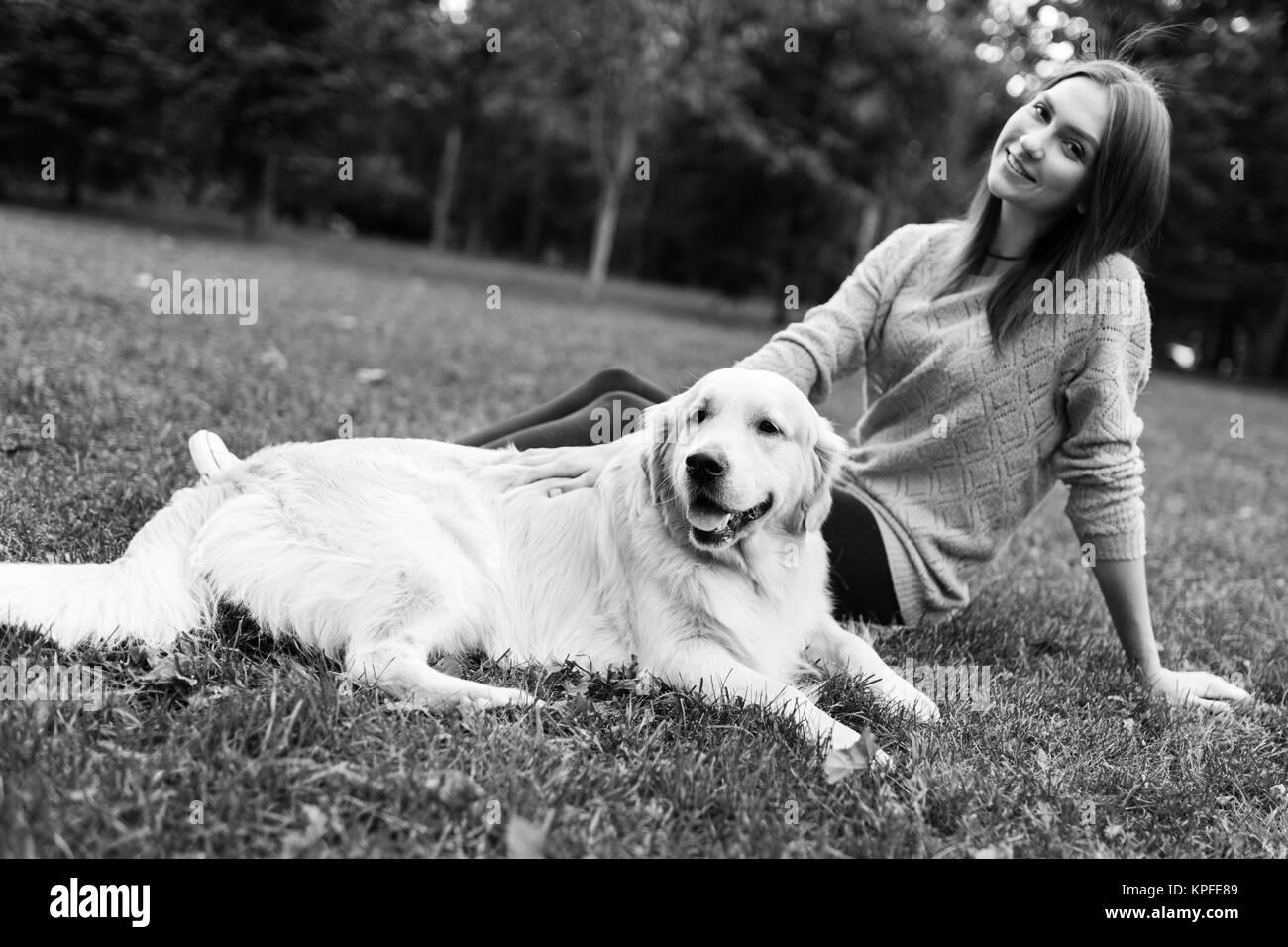 Fotografía en blanco y negro de brunette abrazando labrador Imagen De Stock