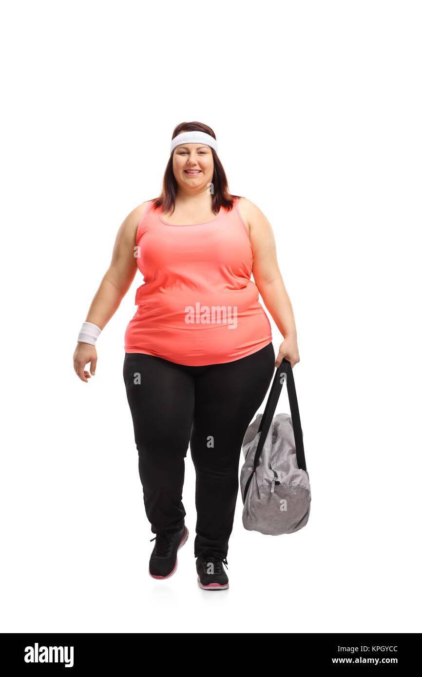 Longitud total retrato de una mujer con sobrepeso con una bolsa de deportes  caminando hacia la 19020311dee64