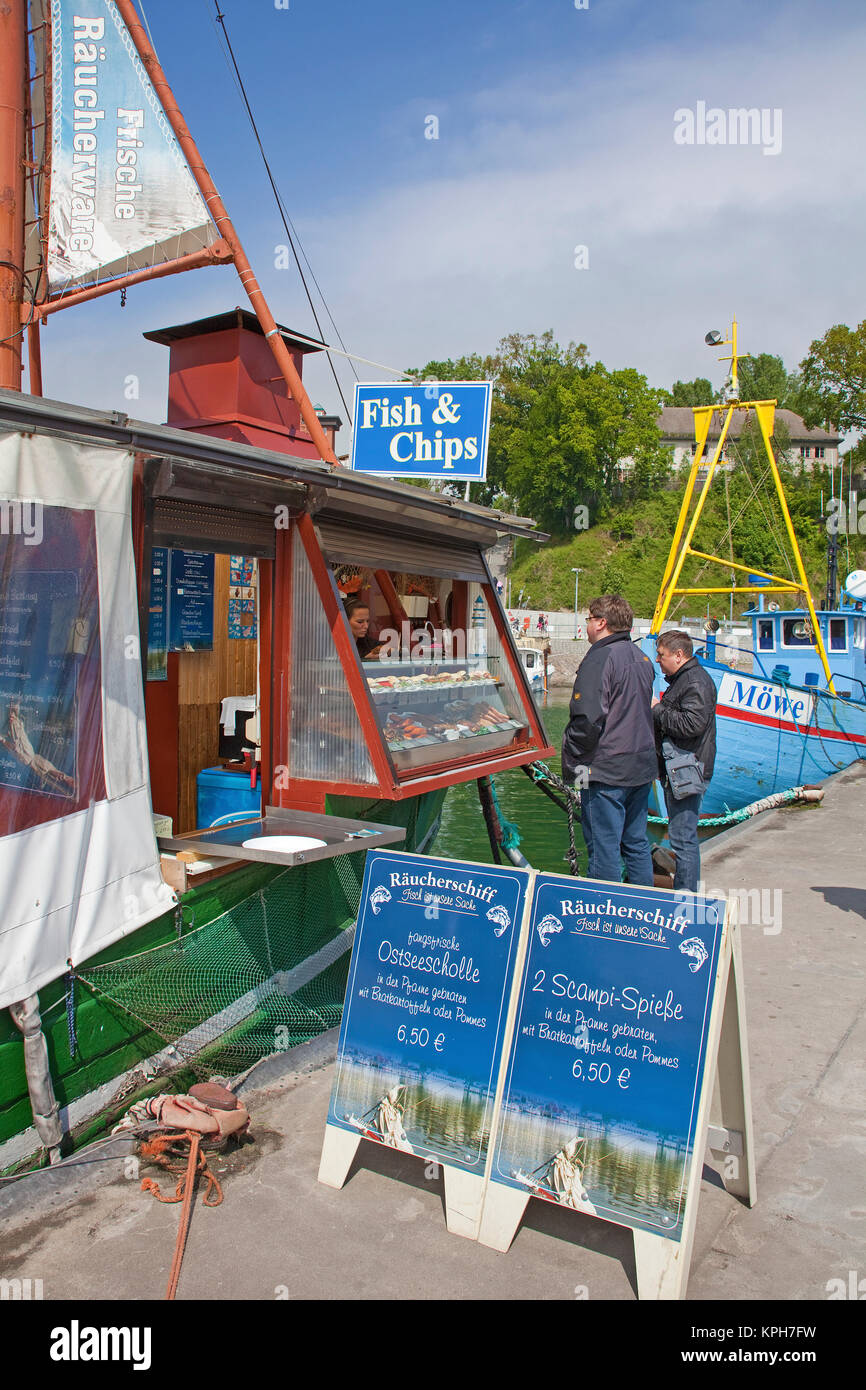 Sándwiches de pescados y aperitivos de pescado en el puerto de Sassnitz, Ruegen isla, Mecklemburgo-Pomerania Occidental, Mar Báltico, Alemania, Europa Foto de stock