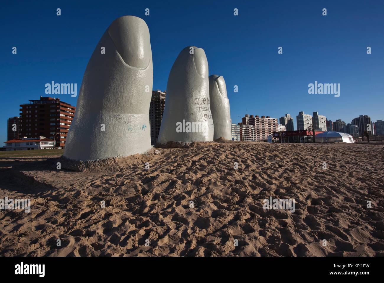 Uruguay, Departamento de Maldonado, Punta del Este. Playa Brava: artista chileno Mario Irarrazabal's la mano Imagen De Stock