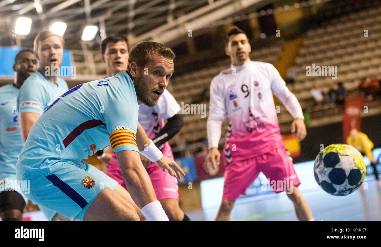 León, España. 16 de diciembre de 2017. Victor Tomás (FC Barcelona) durante el partido del balonmano Imagen De Stock