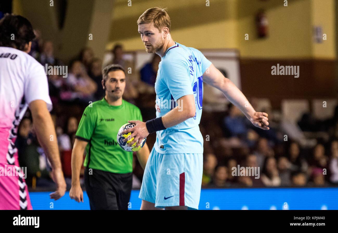 León, España. 16 de diciembre de 2017. Aron Palmarsson (FC Barcelona) en acción durante el partido Imagen De Stock