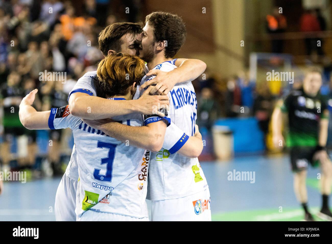 León, España. 16 dic, 2017. Los jugadores del Ademar León celebra su victoria durante el partido Imagen De Stock