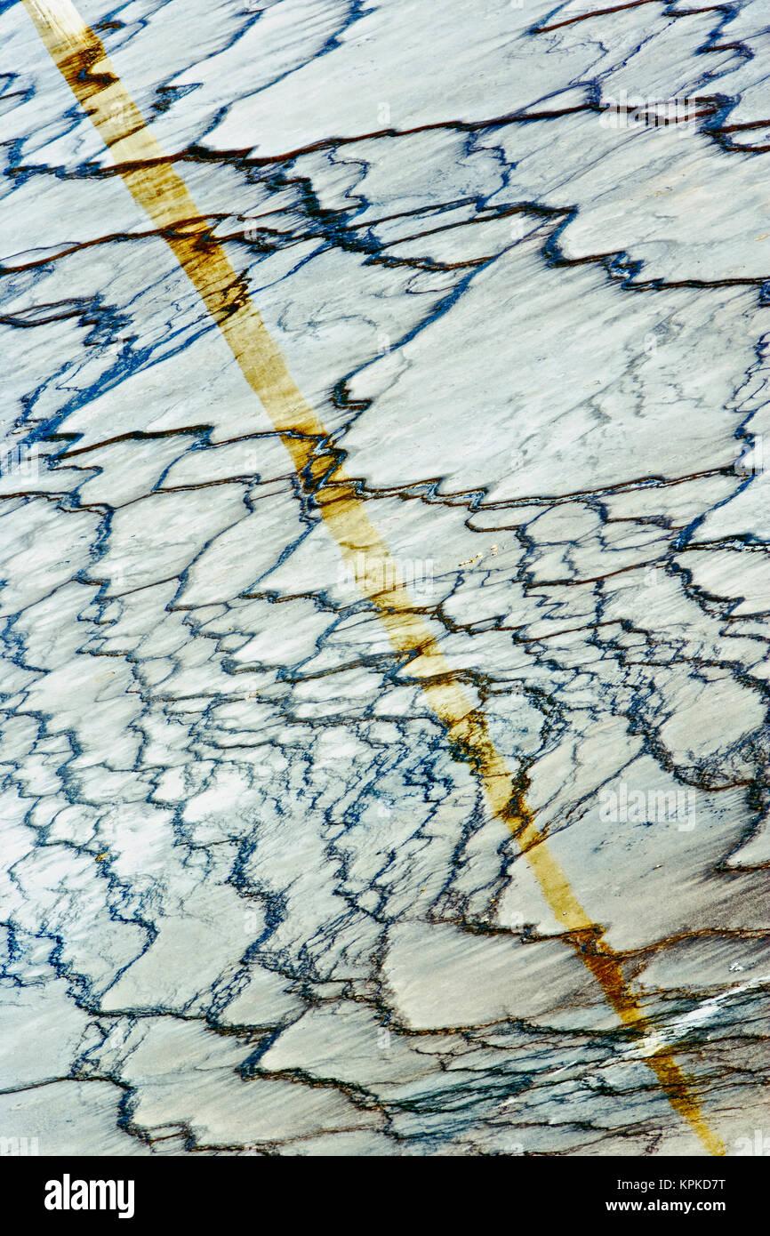 Patrón de mat bacteriana alrededor del perímetro del Grand Prismatic Spring, Midway Geyser Basin, Parque Nacional Yellowstone, Wyoming. Observó como la mayor fuente de agua caliente en los EE.UU. y la tercera más grande del mundo. Foto de stock