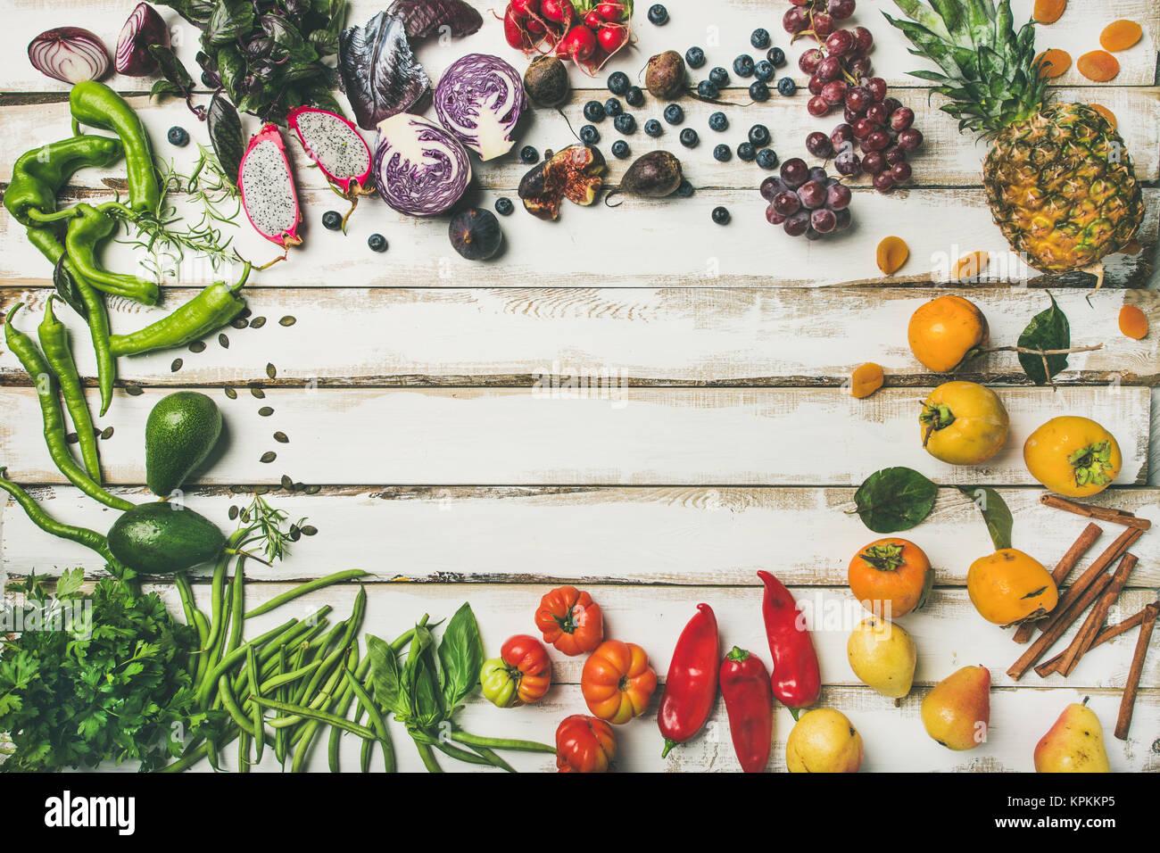 Flat-lay de fruta fresca, verduras verdes y fuentes alimenticias Imagen De Stock