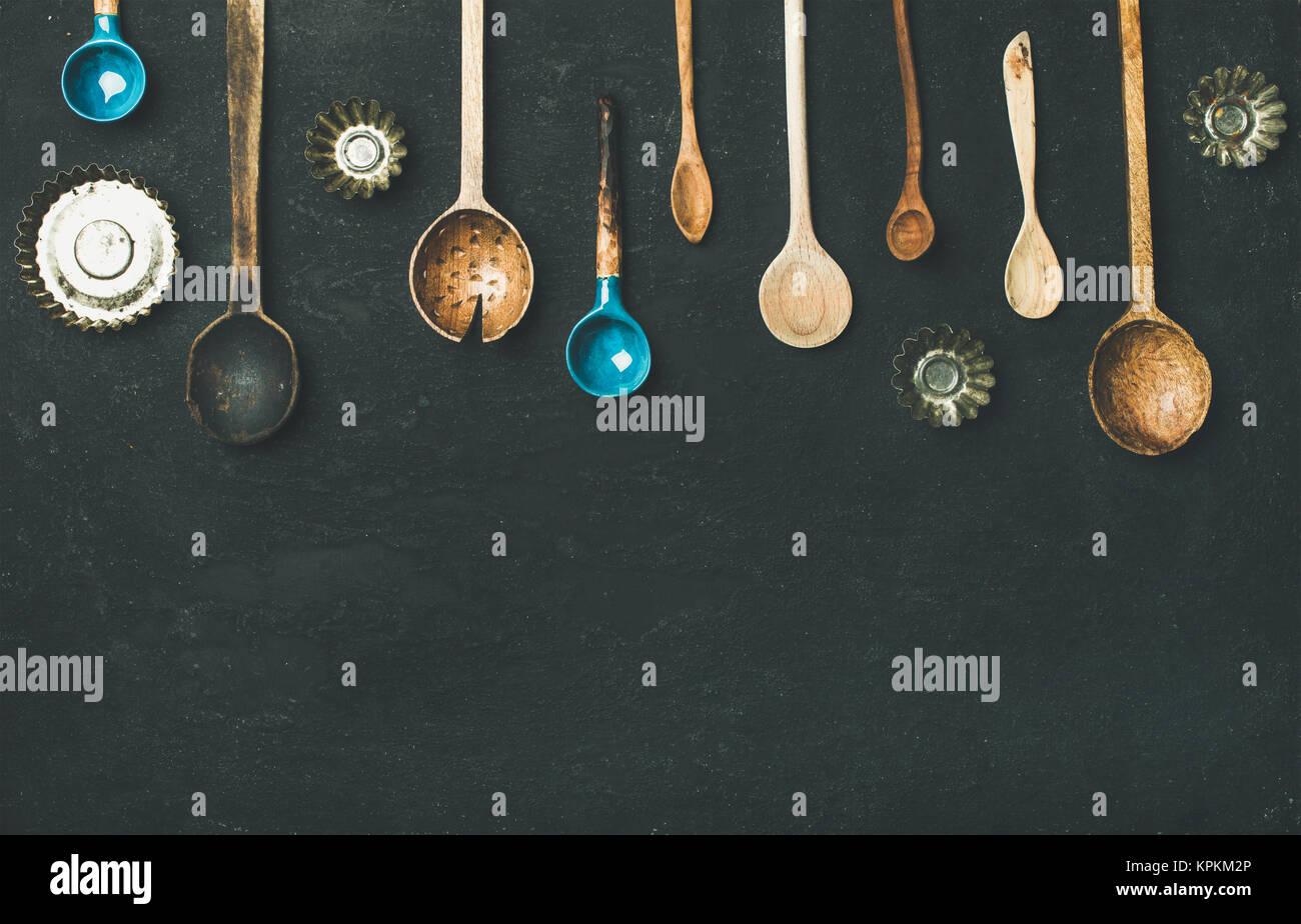 Plano de laicos vintage antiguas cucharas de cocina y hornear moldes de estaño Imagen De Stock