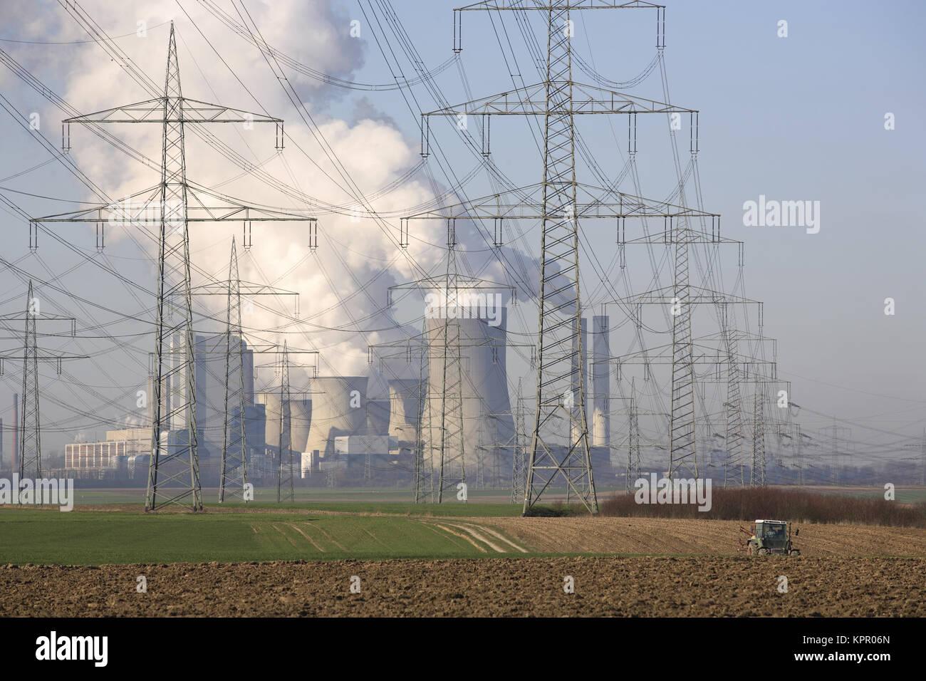 Alemania, tendidos eléctricos cerca de Bergheim, en el fondo el lignito power station Niederaussem. Deutschland, Imagen De Stock