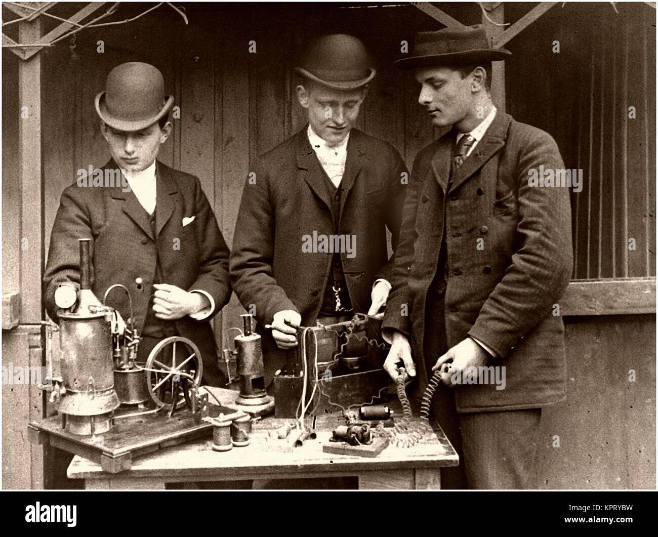 Experimento de vapor que produce electricidad Imagen De Stock