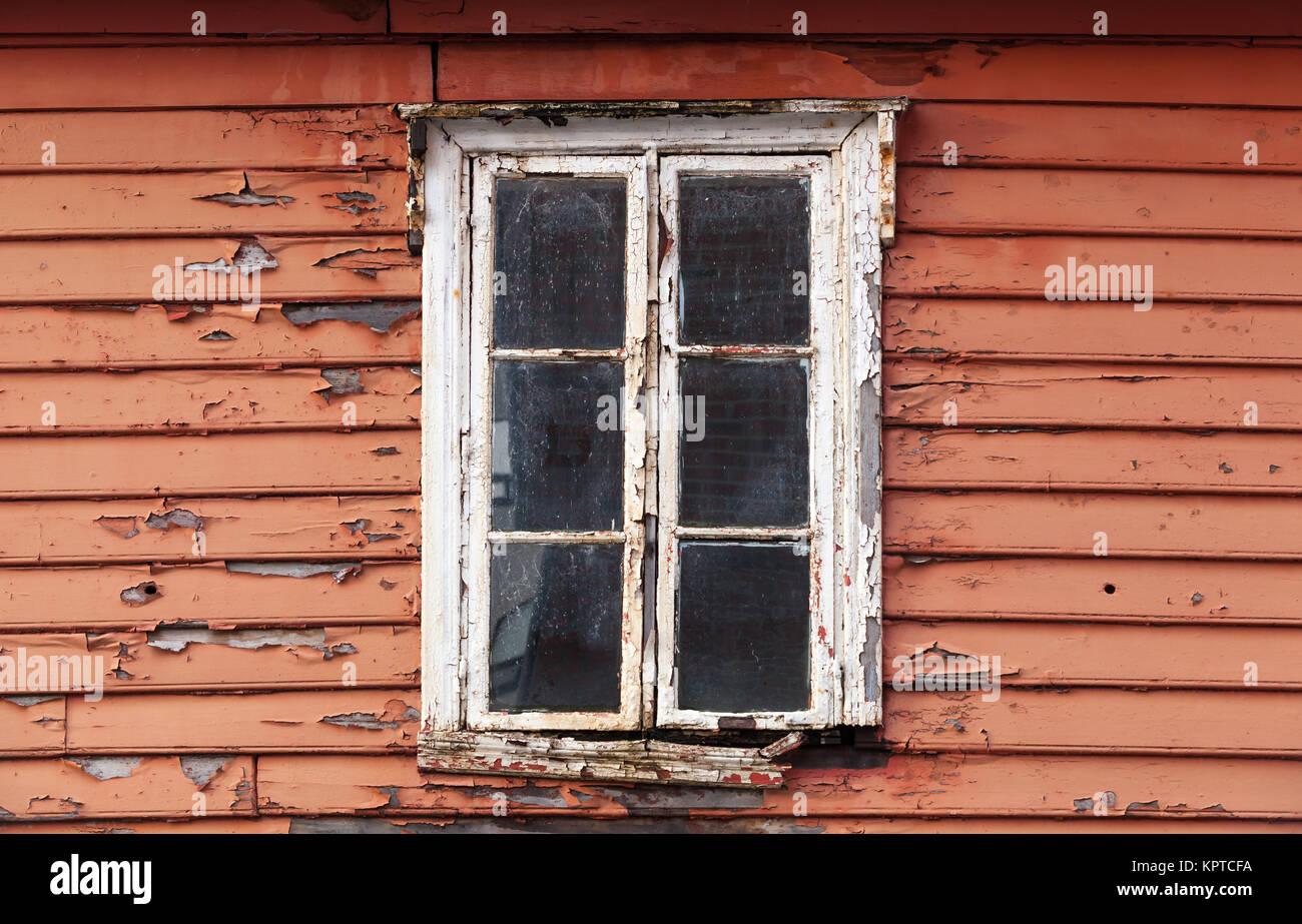 Rojas viejas paredes de madera con ventanas de marco blanco ...