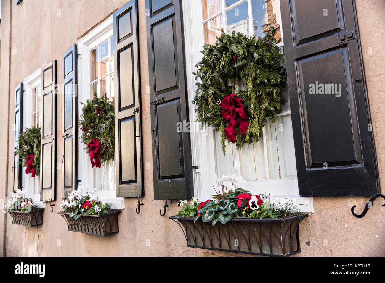 Las ventanas de una hist rica casa decorada con guirnaldas for Guirnaldas navidenas para puertas y ventanas